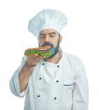 Κύριος μάγειρας που κρατά το μεγάλο σάντουιτς Στοκ φωτογραφία με δικαίωμα ελεύθερης χρήσης
