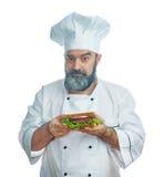 Κύριος μάγειρας που κρατά το μεγάλο σάντουιτς Στοκ εικόνα με δικαίωμα ελεύθερης χρήσης