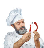 Κύριος μάγειρας που κρατά δύο πιπέρια τσίλι Στοκ Εικόνες
