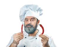 Κύριος μάγειρας που κρατά δύο πιπέρια τσίλι Στοκ εικόνες με δικαίωμα ελεύθερης χρήσης
