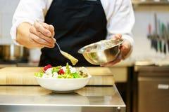 Κύριος μάγειρας που προετοιμάζει τη σαλάτα Στοκ εικόνα με δικαίωμα ελεύθερης χρήσης