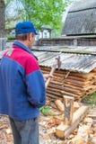 Κύριος ξυλουργός που εργάζεται επαγγελματικά με ένα τσεκούρι στοκ φωτογραφίες με δικαίωμα ελεύθερης χρήσης