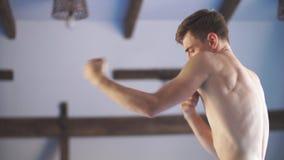 Κύριος πολεμικών τεχνών στην κατάρτιση πάλης στη γυμναστική απόθεμα βίντεο