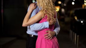 Κύριος που αγκαλιάζει στενά την εύμορφη κυρία του, καίγοντας με την επιθυμία και την αγάπη σε την στοκ εικόνες