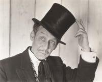 Κύριος που τοποθετεί αιχμή στο καπέλο του Στοκ φωτογραφία με δικαίωμα ελεύθερης χρήσης