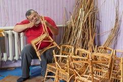 Κύριος wicker-work που κάνει την καρέκλα παιδιών στοκ εικόνες
