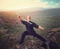 Κύριος Wushu με το ξίφος, περισυλλογή στο βουνό Στοκ Φωτογραφίες