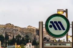 Κύριο άρθρο, σημάδι μετρό της Αθήνας με Parthenon από την εστίαση στην πλάτη στοκ εικόνα με δικαίωμα ελεύθερης χρήσης