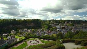 Κύριο άρθρο: Στις 17 Σεπτεμβρίου 2017 Fougeres, Γαλλία Κανονικός κήπος σε λίγο γαλλικό κάστρο απόθεμα βίντεο