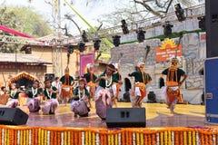 Κύριο άρθρο: Surajkund, Haryana, Ινδία: Τοπικοί καλλιτέχνες την ώρα της παράστασης από Tripura το χορό στη 30η διεθνή έκθεση τεχν στοκ εικόνα