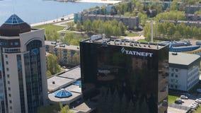 Κύριο γραφείο με το λογότυπο Tatneft ενάντια στο πανόραμα εικονικής παράστασης πόλης απόθεμα βίντεο