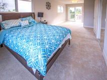 Κύριο κρεβάτι κρεβατοκάμαρων στο πρότυπο σπίτι Καλιφόρνιας Στοκ φωτογραφίες με δικαίωμα ελεύθερης χρήσης