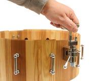 Κύριο νέο ξύλινο snare παραγωγής τύμπανο που απομονώνεται Στοκ Φωτογραφία