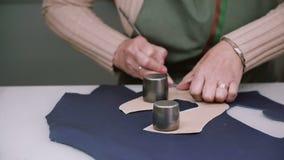 Κύριο τέμνον δέρμα παπουτσιών υποδηματοποιών ως πρότυπο, που χτυπά τον ανώτερο Υποδήματα manufactory Κινηματογράφηση σε πρώτο πλά φιλμ μικρού μήκους