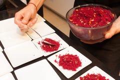 Κύριο τεθειμένο μάγειρας cous cous στο πιάτο Στοκ φωτογραφίες με δικαίωμα ελεύθερης χρήσης