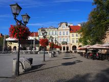 Κύριο τετράγωνο στο ιστορικό κέντρο πόλεων bielsko-Biala στην ΠΟΛΩΝΙΑ με τα ζωηρόχρωμα παλαιά κτήρια, λαμπτήρες οδών, κόκκινα λου Στοκ Εικόνα