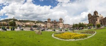 Κύριο τετράγωνο Cusco με τους τουρίστες και Iglesia de Λα Compania, Γ Στοκ εικόνες με δικαίωμα ελεύθερης χρήσης