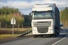 Κύριο τρακτέρ DAF XF105 με ένα ρυμουλκό σε μια εθνική οδό μια νεφελώδη ημέρα στοκ εικόνες με δικαίωμα ελεύθερης χρήσης