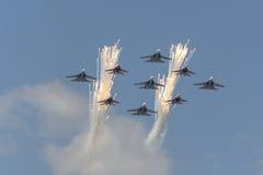 Κύψελλοα ομάδων Aerobatic χαιρετισμού και ρωσική μύγα ιπποτών πέρα από την κόκκινη πλατεία Στοκ Φωτογραφίες