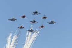 Κύψελλοα ομάδων Aerobatic χαιρετισμού και ρωσική μύγα ιπποτών πέρα από την κόκκινη πλατεία Στοκ Εικόνα