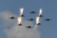 Κύψελλοα ομάδων Aerobatic χαιρετισμού και ρωσική μύγα ιπποτών πέρα από την κόκκινη πλατεία Στοκ φωτογραφία με δικαίωμα ελεύθερης χρήσης