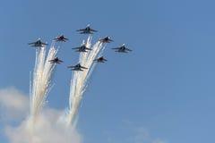 Κύψελλοα ομάδων Aerobatic χαιρετισμού και ρωσική μύγα ιπποτών πέρα από την κόκκινη πλατεία Στοκ Εικόνες