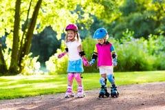 Κύλινδρος παιδιών που κάνει πατινάζ στο θερινό πάρκο στοκ φωτογραφία με δικαίωμα ελεύθερης χρήσης