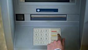 Κώδικας ασφαλείας διόρθωσης ατόμων στο πληκτρολόγιο του ATM, κεφάλαια μεταφοράς μεταξύ των τραπεζικών λογαριασμών στοκ φωτογραφία