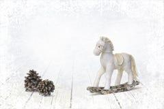 Κώνοι αλόγων και έλατου μπιχλιμπιδιών Χριστουγέννων στο άσπρο ξύλινο υπόβαθρο στοκ φωτογραφίες με δικαίωμα ελεύθερης χρήσης