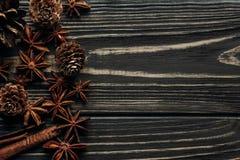 Κώνοι γλυκάνισου και πεύκων στο ξύλινο υπόβαθρο, μοντέρνος αγροτικός χειμώνας Στοκ Φωτογραφία