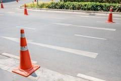 Κώνοι ελέγχου της κυκλοφορίας στο διπλανό δρόμο Στοκ εικόνα με δικαίωμα ελεύθερης χρήσης