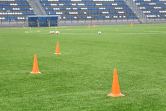 Κώνοι και σφαίρες για την κατάρτιση ποδοσφαίρου στο στάδιο Αθλητικό υπόβαθρο Στοκ εικόνες με δικαίωμα ελεύθερης χρήσης
