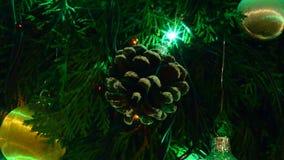 Κώνοι και φω'τα Χριστουγέννων απόθεμα βίντεο
