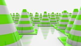 Κώνοι κυκλοφορίας στις σειρές με τα πράσινα λωρίδες ελεύθερη απεικόνιση δικαιώματος
