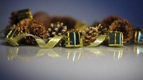 Κώνοι πεύκων και κιβώτια ταινιών με τα δώρα Επιτραπέζιες διακοσμήσεις Χριστουγέννων απόθεμα βίντεο