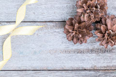 Κώνοι πεύκων και χρυσή κορδέλλα Στοκ εικόνα με δικαίωμα ελεύθερης χρήσης