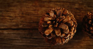 Κώνοι πεύκων στην ξύλινη σανίδα φιλμ μικρού μήκους