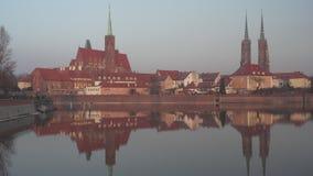Κώνοι του καθεδρικού ναού του ST John βαπτιστικού που απεικονίζει στο νερό σε Wroclaw απόθεμα βίντεο