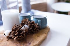 Κώνοι των ερυθρελατών με μια κούπα σε έναν ξύλινο πίνακα οι κώνοι βρίσκονται στο υπόβαθρο του ξύλου, σύνθεση Χριστουγέννων στην κ στοκ φωτογραφίες με δικαίωμα ελεύθερης χρήσης