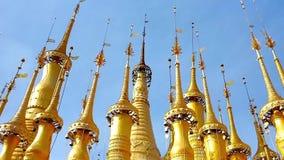 Κώνοι των χρυσών παγοδών του πανδοχείου Thein, το Μιανμάρ απόθεμα βίντεο