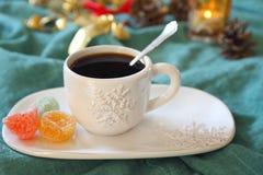 Κώνοι φλιτζανιών του καφέ και πεύκων, καίγοντας κερί και ζωηρόχρωμη καραμέλα Στοκ Εικόνες