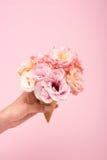 Κώνος βαφλών εκμετάλλευσης προσώπων τα όμορφα ανθίζοντας λουλούδια που απομονώνονται με στο ροζ Στοκ Φωτογραφίες