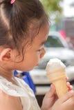 Κώνος παγωτού εκμετάλλευσης κοριτσιών Στοκ φωτογραφία με δικαίωμα ελεύθερης χρήσης