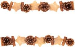 Κώνος πεύκων, κανέλα, συλλογή Χριστουγέννων μπισκότων που τίθεται στο άσπρο β Στοκ Φωτογραφία