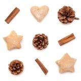 Κώνος πεύκων, κανέλα, συλλογή Χριστουγέννων μπισκότων που τίθεται στο άσπρο β Στοκ Εικόνες