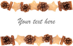Κώνος πεύκων, κανέλα, συλλογή Χριστουγέννων μπισκότων που τίθεται στο άσπρο β Στοκ εικόνες με δικαίωμα ελεύθερης χρήσης