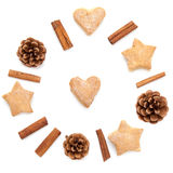 Κώνος πεύκων, κανέλα, σύνθεση συλλογής Χριστουγέννων μπισκότων που τίθεται στο λευκό Στοκ φωτογραφίες με δικαίωμα ελεύθερης χρήσης
