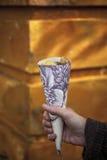 Κώνος φιαγμένος από ταπετσαρία που γεμίζουν με τα κάστανα Στοκ Εικόνες
