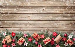 Κλάδοι δέντρων του FIR με τα ημερολογιακά αστέρια εμφάνισης και τα κιβώτια δώρων Στοκ Φωτογραφία