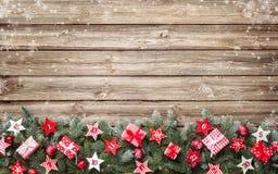 Κλάδοι δέντρων του FIR με τα ημερολογιακά αστέρια εμφάνισης και τα κιβώτια δώρων Στοκ Φωτογραφίες